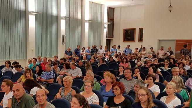 Genitori e parenti attendono l'arrivo dei ragazzi da Cracovia