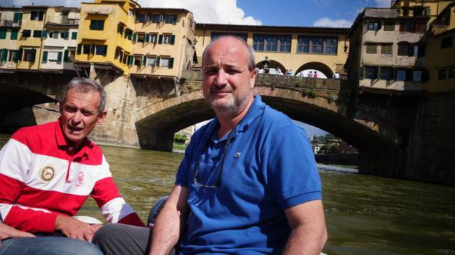 Il professor Nicola Casagli durante un sopralluogo in Arno dopo il crollo del lungarno