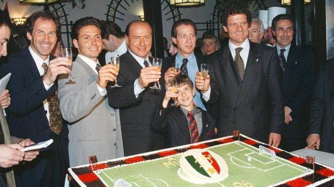 E' l'11 maggio 1996: Berlusconi al centro brinda al 15° scudetto rossonero
