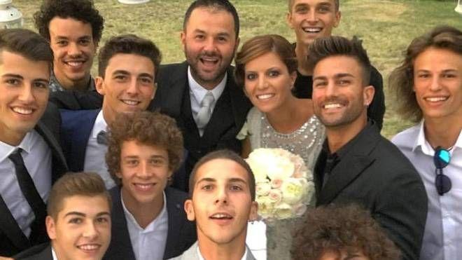 Matrimonio del preparatore di Valentino Rossi, selfie per Migno colleghi con gli sposi