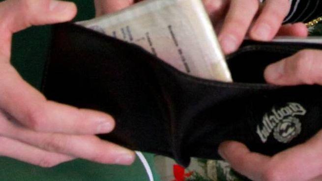 E' stata la Polizia riconsegnare il ricco portafoglio al suo proprietario