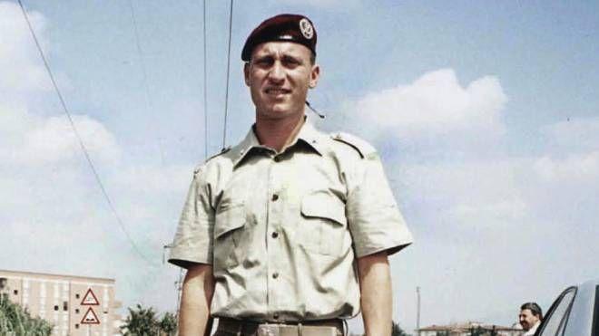 Emanuele Scieri, il giovane allievo parà trovato morto nel 1999 all'interno della caserma «Gamerra»