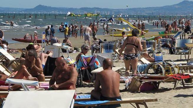 Turisti in spiaggia a Rimini