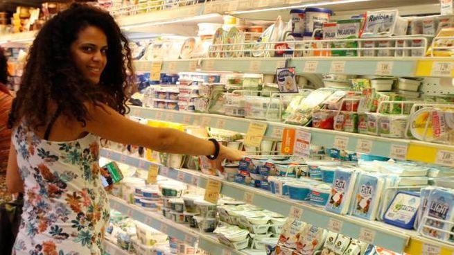 Una ragazza al supermercato