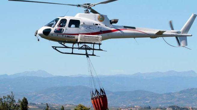 Un intervento antincendio dell'elicottero della Regione (foto di repertorio)