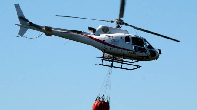 L'intervento dell'elicottero della Regione per spegnere l'incendio