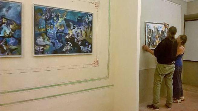Un momento dell'allestimento della mostra a palazzo Berardi Mochi-Zamperoli a Cagli