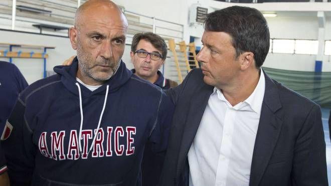 Il sindaco di Amatrice Sergio Pirozzi con Matteo Renzi (Imagoeconomica)