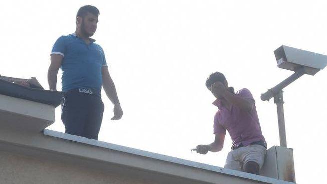I due immigrati sul tetto (foto Schicchi)