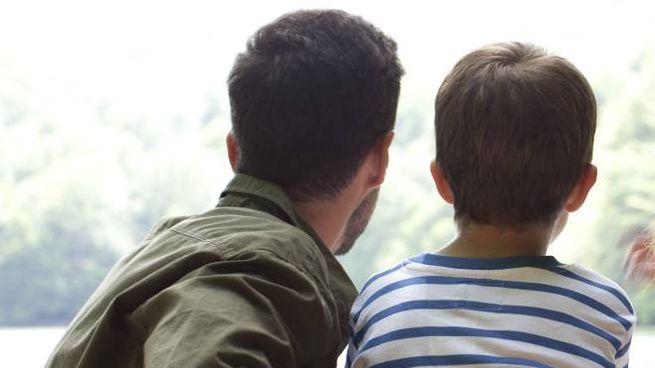 Un padre con suo figlio (foto repertorio)