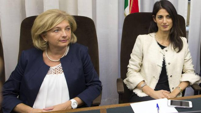 Virginia Raggi e l'assessore Paola Muraro (Ansa)