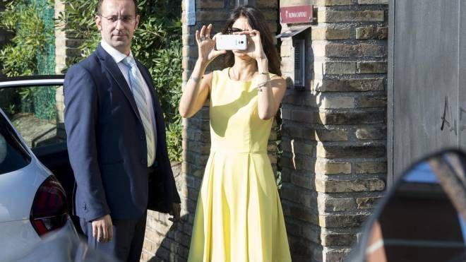 Virginia Raggi riprende con il cellulare i giornalisti sotto casa (Ansa)