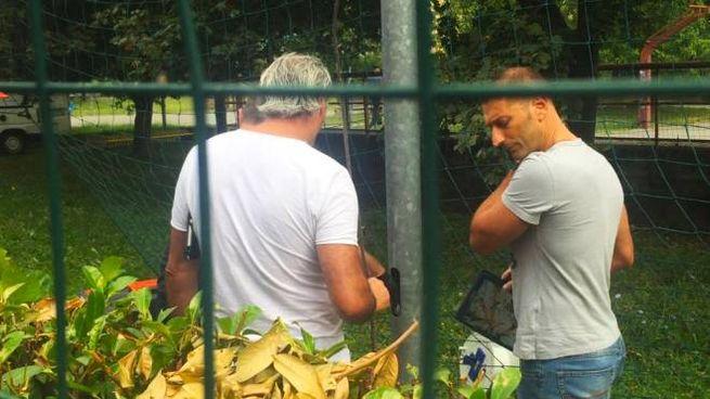 Carabinieri alla ricerca dell'arma del delitto (De Pascale)