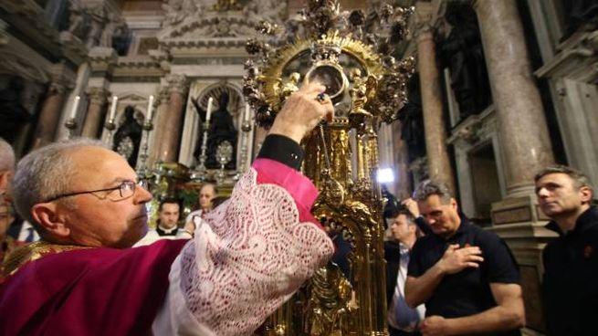 L'ampolla con il sangue di San Gennaro nel Duomo di Napoli (Ansa)