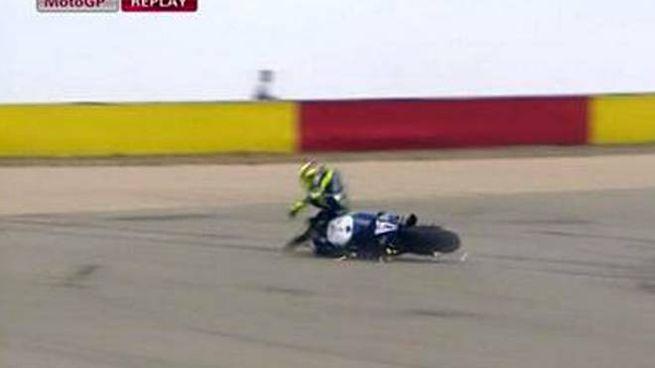La caduta di Valentino Rossi ad Aragon