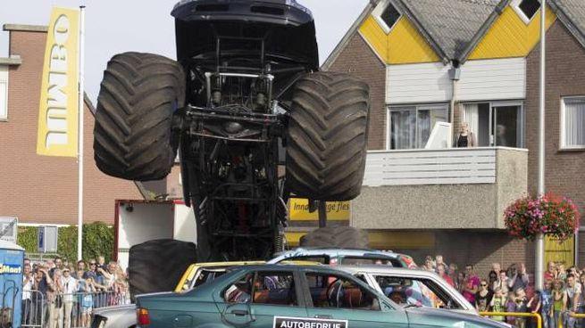 Un monster truck durante l'esibizione (Ansa)
