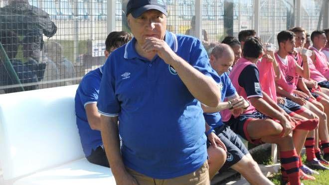 Cesare Albè in trionfo dopo la vittoria del campionato di Serie D