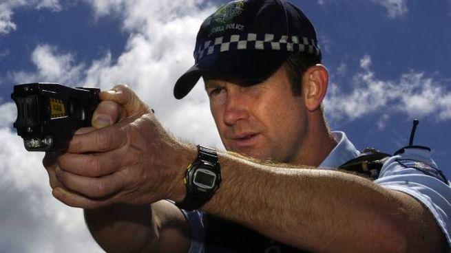 Un poliziotto australiano usa il Taser (foto Ansa)