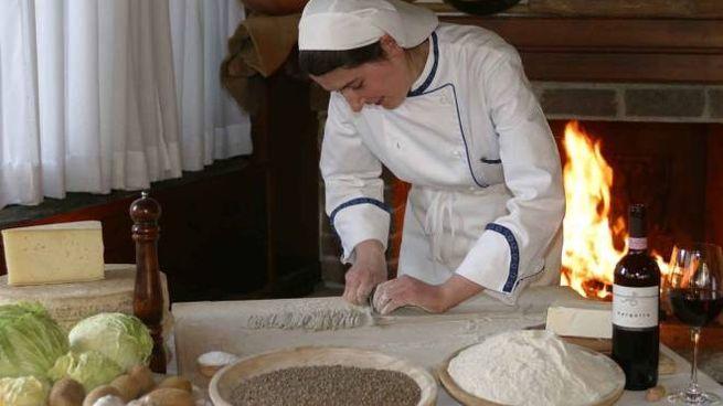 Una scarellatrice mentre prepara i pizzoccheri