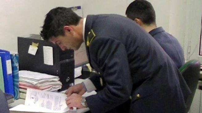 Personale della guardia di Finanza al lavoro negli uffici della Tenenza  (in una foto di archivio)