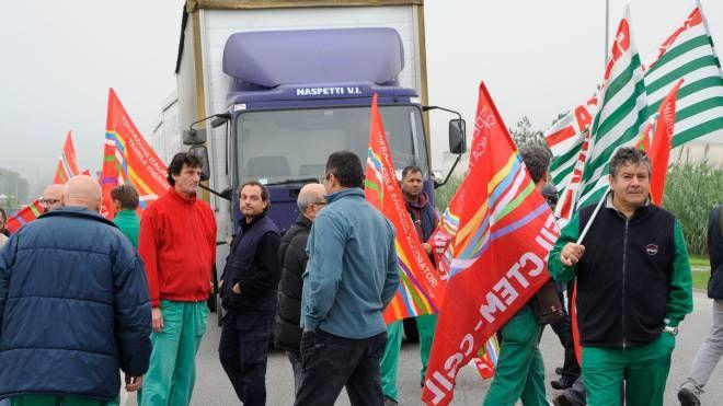 I lavoratori bloccano un camion (foto Calavita)