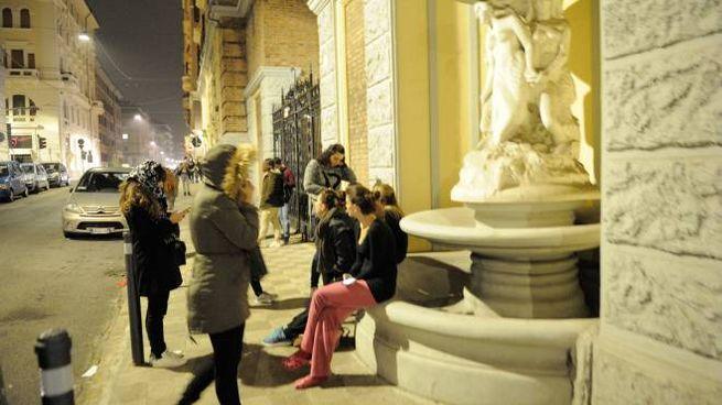 Ancona, gente in strada per la paura dopo la scossa di terremoto dalle 21.18 (Foto Emma)