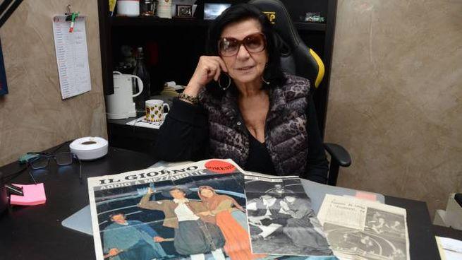 """Rosanna Ghislanzoni con la copia de """"Il Giorno"""" del 30 ottobre 1966"""