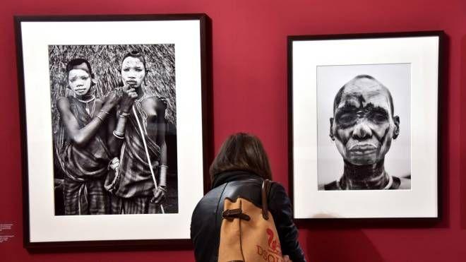 Una visitatrice davanti alle foto di Salgado