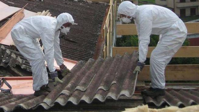 Un tetto viene bonificato dall'amianto