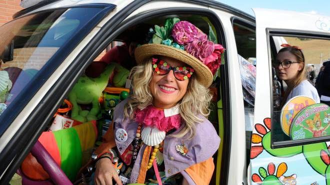 Zia Caterina con il suo taxi (foto Calavita)