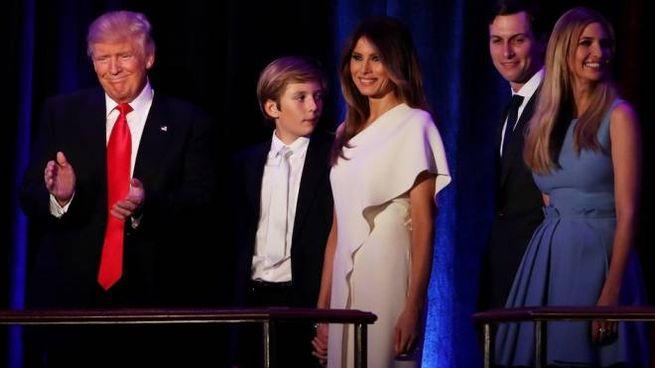 Trump sale sul palco con la famiglia per il primo discorso da presidente (Afp)