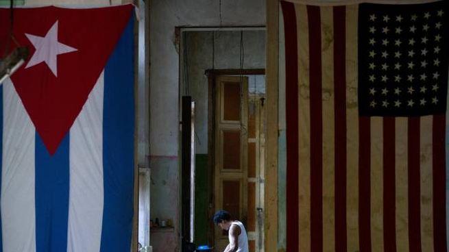 La bandiera di Cuba e quella Usa a L'Avana (Ansa)