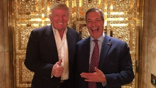 Donald Trump e Nigel Farage nell'ascensore dorato della Trump tower