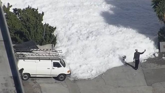 Nella Vasca Da Bagno Del Tempo Youtube.Santa Clara Uno Tsunami Di Schiuma Invade La Zona Dell Aeroporto