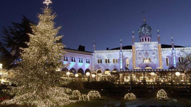 I giardini di tivoli di copenaghen una festa di luci natalizie