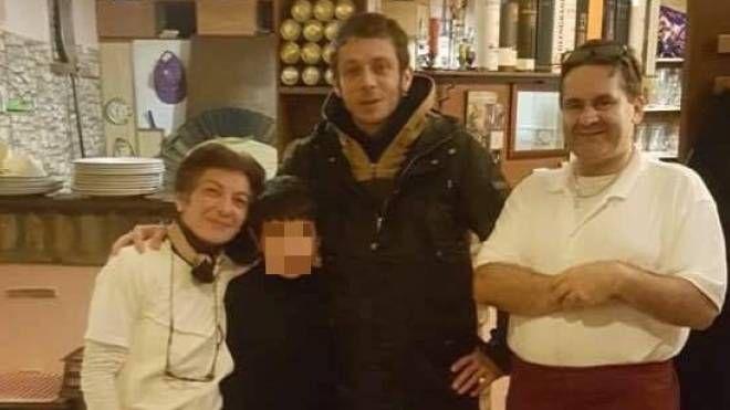 Valentino a Piandimeleto per mangiare tartufo: qui con la chef Norina, il tifosissimo Matteo Rossi e Marcello Rivi (Foto Amedeo Pisciolini)