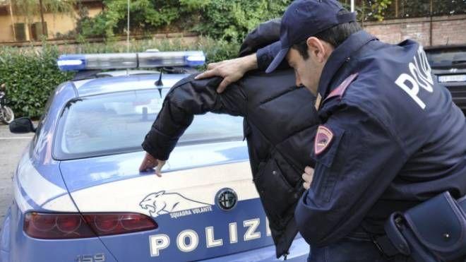 La polizia esegue l'arresto