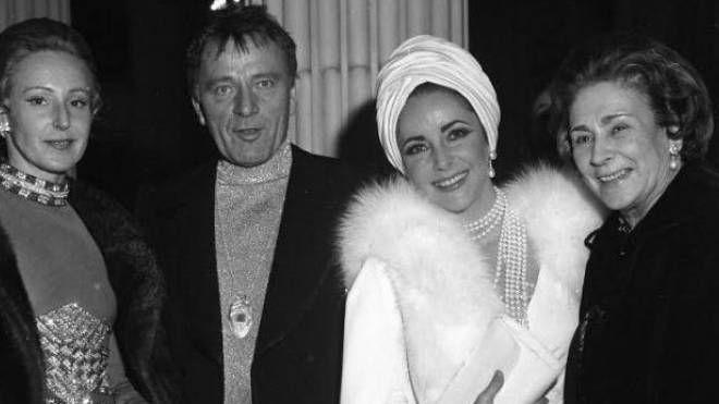 DA HOLLYWOOD In alto Richard Burton  e Liz Taylor fra Emanuela Castelbarco (a sinistra) e Wally Toscanini; a fianco la parure Pederzani e l'allestimento della mostra al Poldi Pezzoli