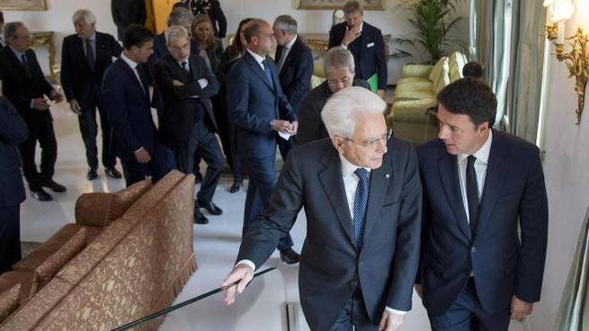 Sergio Mattarella con Matteo Renzi e il governo (Ansa)