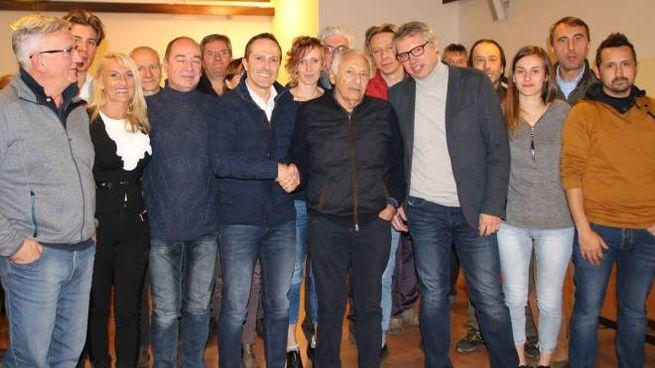 Al centro il sindaco di Sondalo, Luigi Grassi, mentre stringe la mano al maestro Mogol (National Press)