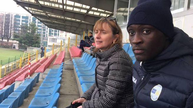 Monica Chittò in tribuna con il giovane calciatore Mbaye Sony Ba
