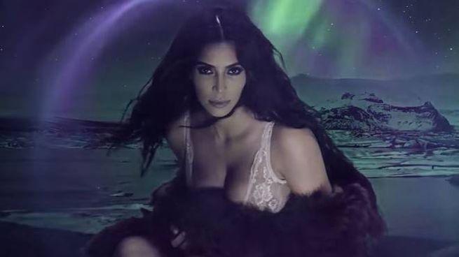Kim Kardashian nel video di Love Magazine (Youtube)