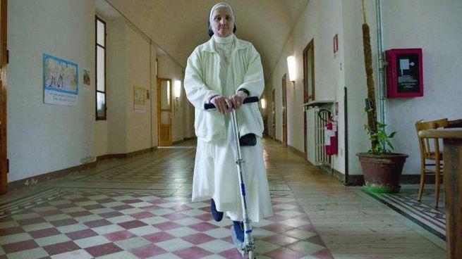Suor Marisa Bambi, 65 anni, in monopattino nel convento con corridoi infiniti