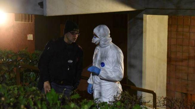 Agenti indagano sulla scena del delitto in via Keplero