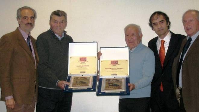 Luciano Panetti e Beniamino Di Giacomo premiati in Provincia nel 2008 (foto d'archivio)