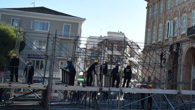Civitanova, il palco in piazza (Vives)