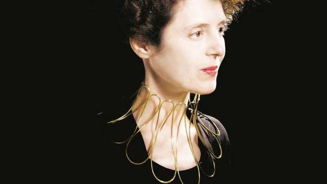 Laura Cadelo Bertrand, un ritratto e una sua creazione