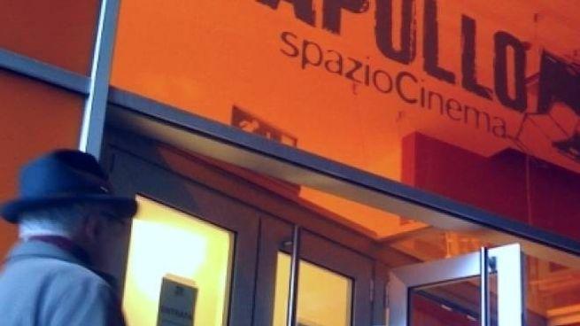 A sinistra l'ingresso del Cinema Apollo