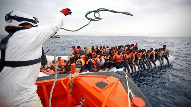 Migranti, un'operazione di salvataggio (Lapresse)