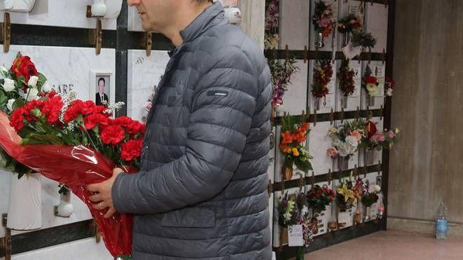 Un uomo porta fiori al cimitero (immagine di repertorio)